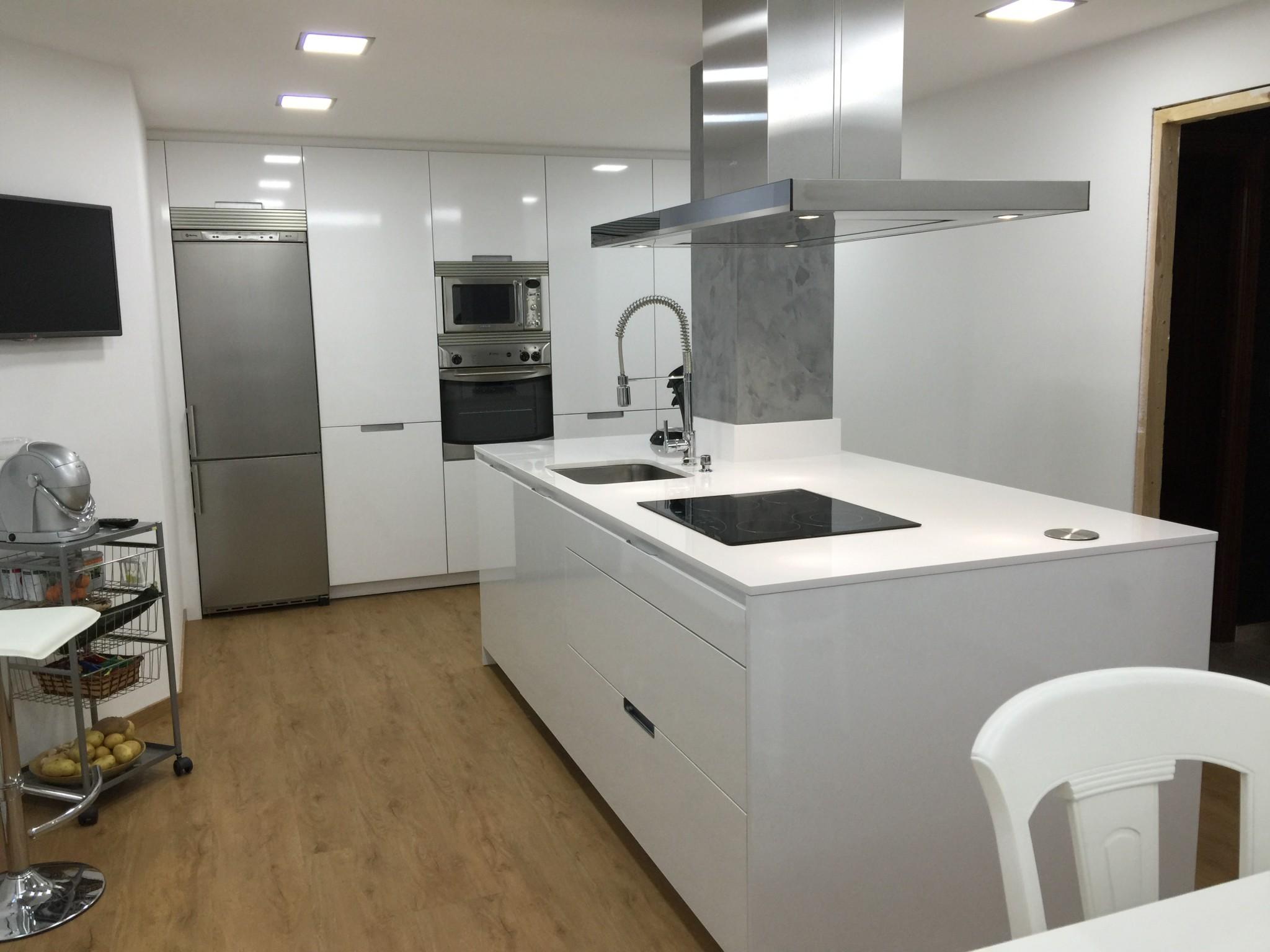 Cocina con columna integrada en la isla lumber cocinas for Cocinas en l modernas